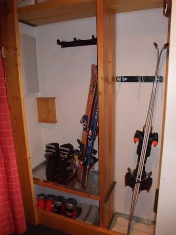 Pour ranger chaussures et skis