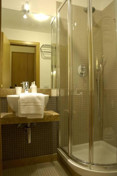 DOMUSCAVOUR BB - ENSUITE BATHROOM SINGLE ROOM -BAGNO CAMERA SINGOLA