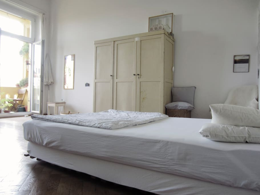 großes helles Zimmer mit Doppelbett / large bright room with double bed