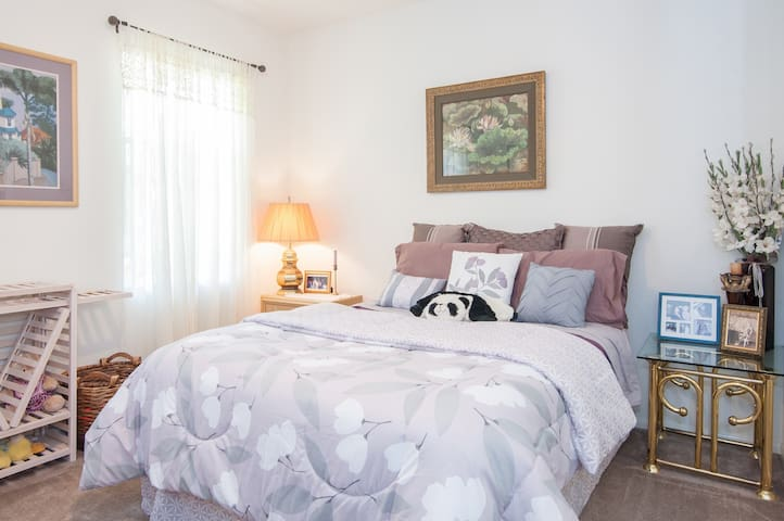One BR Queen Bed in quiet Hidden Meadows Community