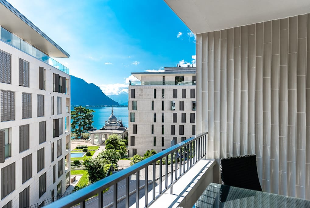 Large balcony overlooking Lake Geneva - entertainer's paradise!