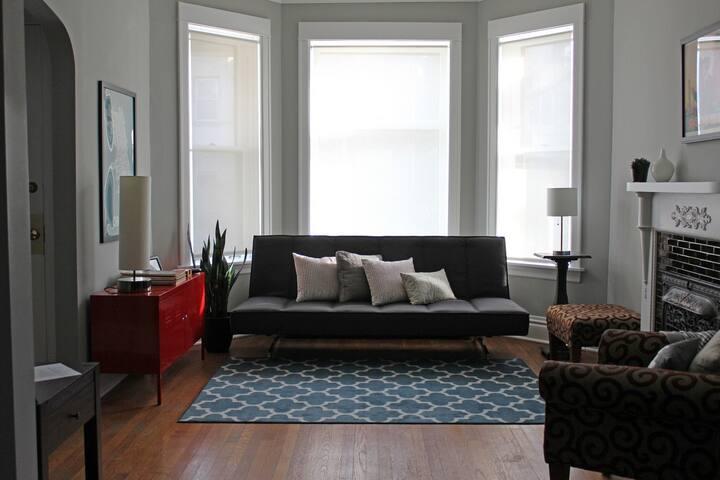 Historic & Cozy Logan Square Home (+ free parking)