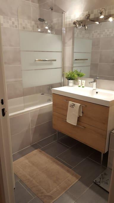 Salle de bain privative en face de votre chambre