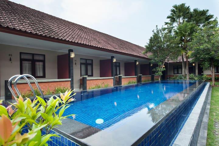 Chambre petite budget avec vue sur la piscine for Budget piscine