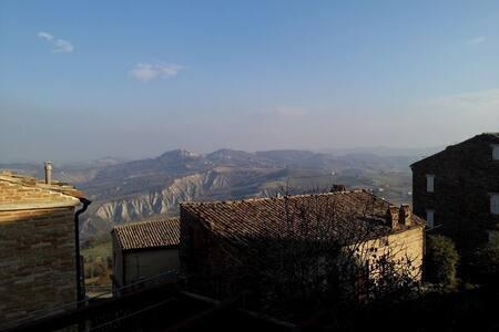 Accogliente camera in centro - Santa Vittoria In Matenano (FM) - 家庭式旅館