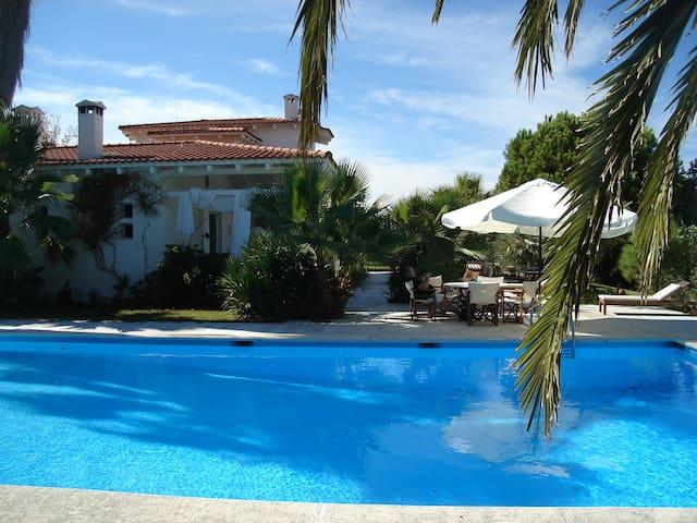 Seaside villa with pool & tennis - Pefkochori - Villa