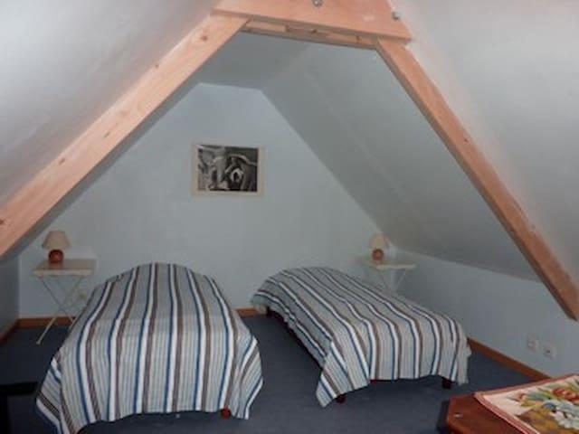 mezzanine du second étage avec 2 lits simple