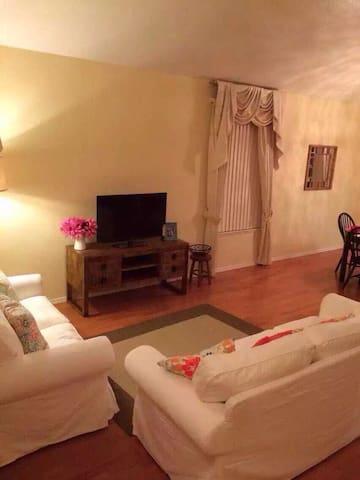 美丽的核桃高档社区,5居室分租,有车位!实木家具!卫生间,软水供应! - walnut - House