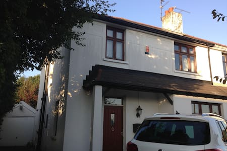 Large sunny twin room in Cardiff - Lisvane