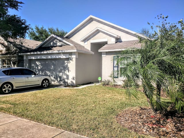 Spacious Oasis in Golf Course close to UCF! - Orlando - Dům