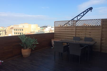 This 2 bedroom apartment features a large penthouse terrace, which is perfect for enjoying the sights & sounds of BCN.  Located in Eixample, with tons of great bars, restaurants, and shops in the area, & a 10 minute walk to Place de Catalunya.