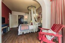 2#房间在一楼,朝南,1.8米大床,独立小庭院