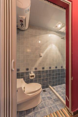 6#房间在二楼,朝南,3米宽榻榻米配1.8米床垫,可再加床垫(需另收费),有客厅,阁楼可加床垫(需另收费)