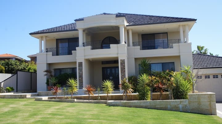 Luxury House with city views; close to Fremantle