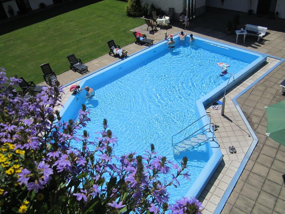 Das beheizte Schwimmbad ist von Mitte Mai bis Mitte Oktober geöffnet