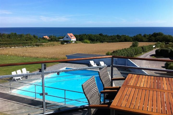 Med havudsigt (with sea view) og swimmingpool :-) - Allinge - Apartamento