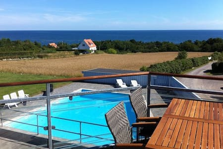 Med havudsigt (with sea view) og swimmingpool. - Allinge