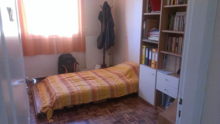 Nice room in a quiet detached house - Gerakas - Casa