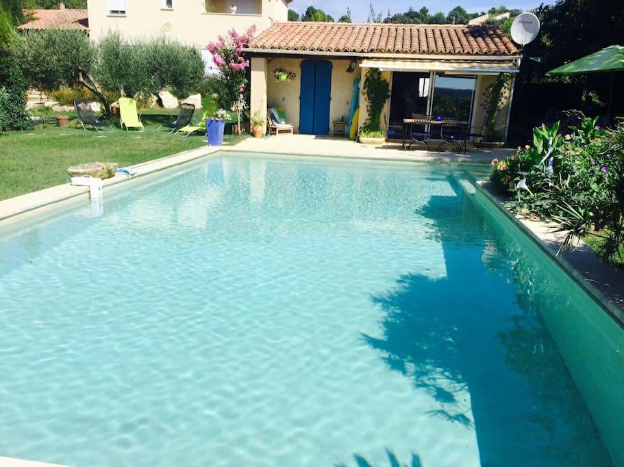 Joli mazet au bord de la piscine bungalows louer for Piscine la bulle saint quentin