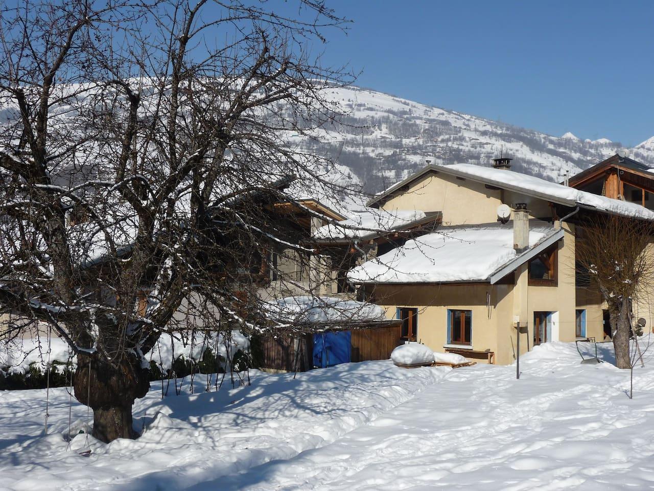 La maison vue du jardin pendant l'hiver