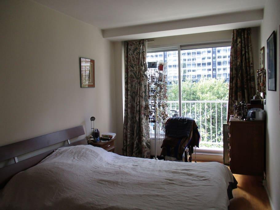 chambre lit double avec armoire