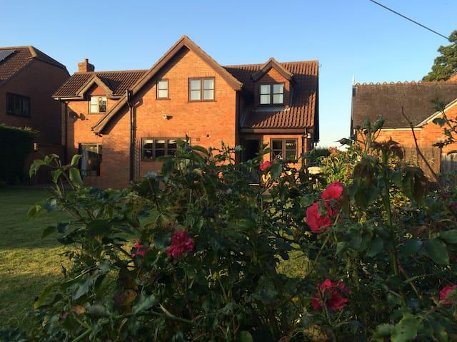Rural village home 15 mins to beach - Great Carlton - Casa