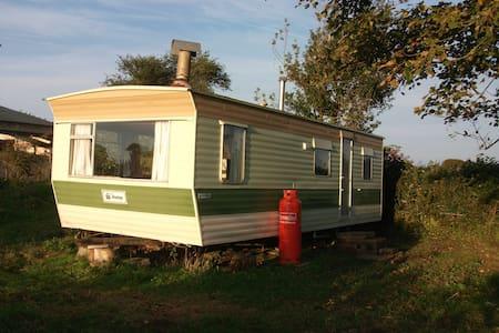 Lovely caravan, great rural views + all mod cons - Saint Hilary