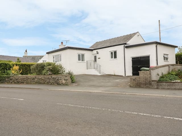 BEDLINOG, family friendly, with a garden in Amlwch, Ref 979555