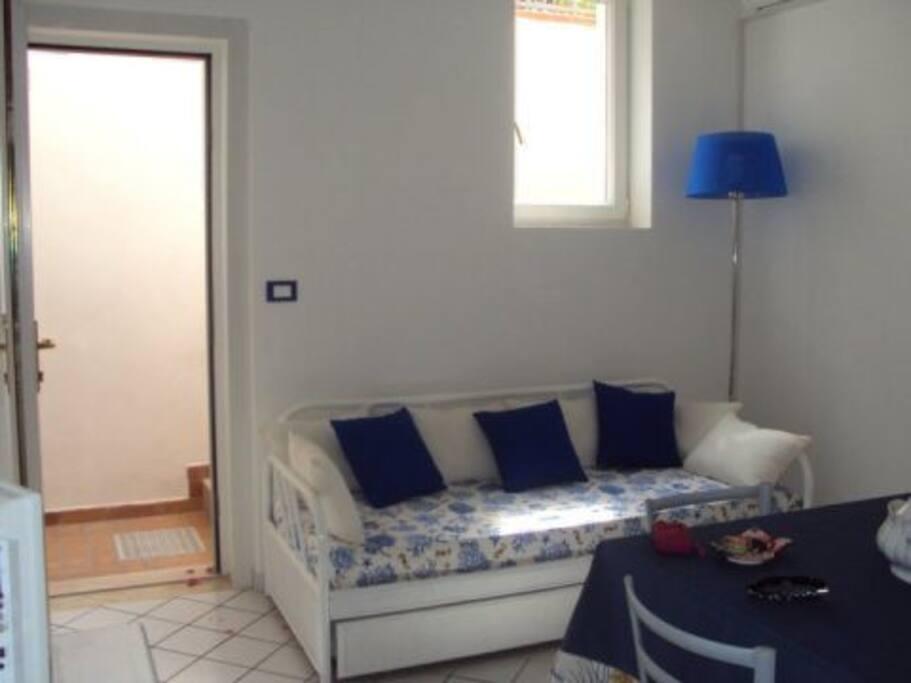 altra prospettiva soggiorno con divano letto