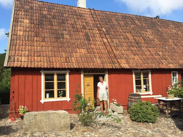 Eget boende i idyllisk skånegård i Brösarp - Brösarp - House