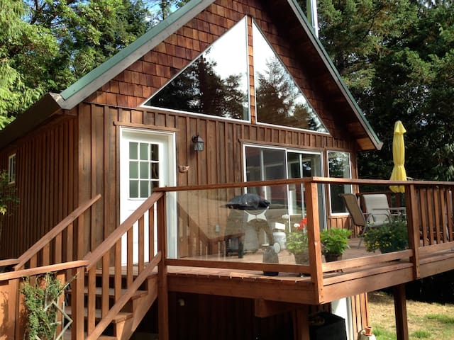 Delightful Country Cottage - Pender Island - Srub