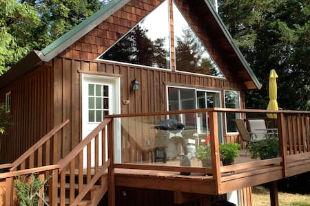 Delightful Country Cottage - Pender Island