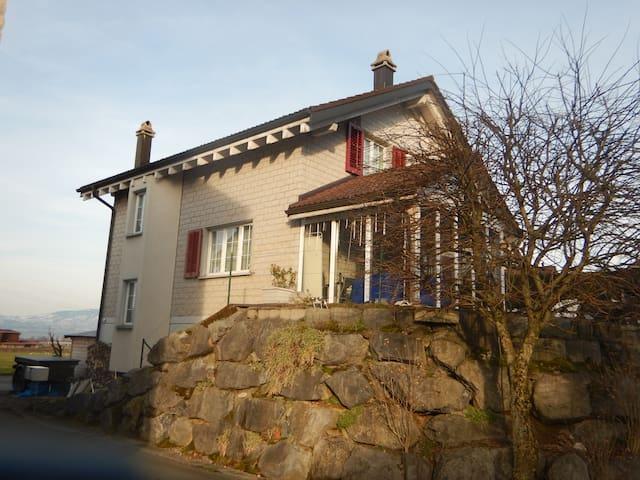 Grosses Haus an ruhiger, Lage - Schübelbach - Huis