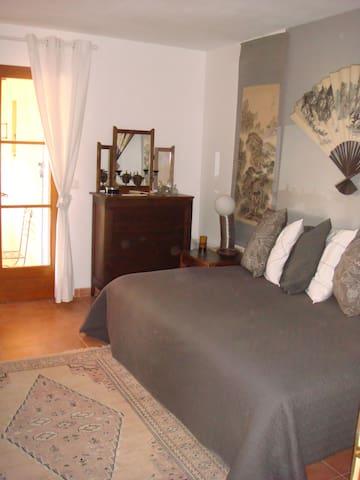 Chambres avec terrasse couverte - Régusse