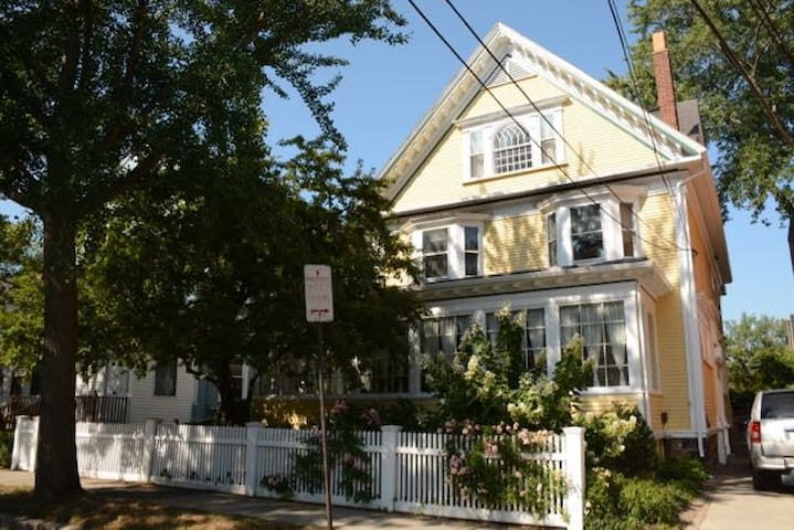 Lovely Victorian, perfect location - Brookline - House