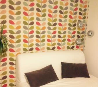 double bed and private bathroom - Boutersem - Dům