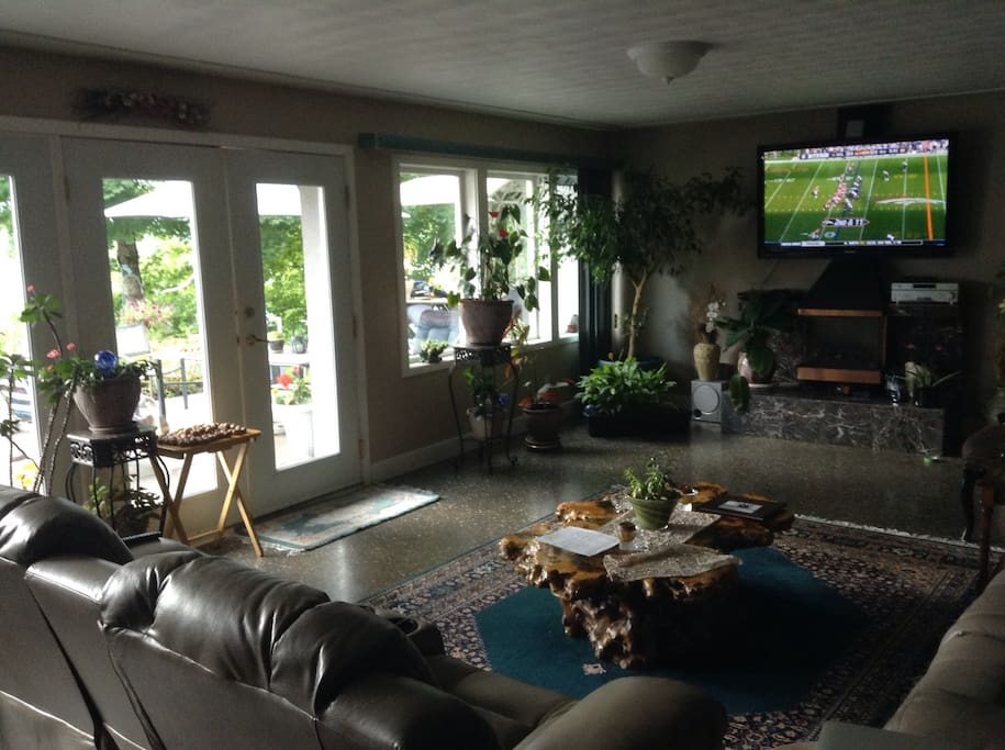 700 ft.² living room overlooking the Columbia River