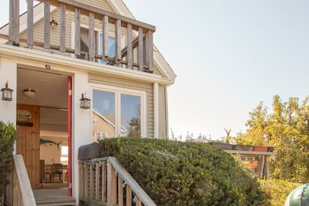 Windswept Cottage with Water Views - Hull - House