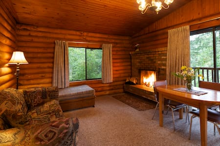 Cusheon Lake Resort 1BR Log Cabins - Salt Spring Island