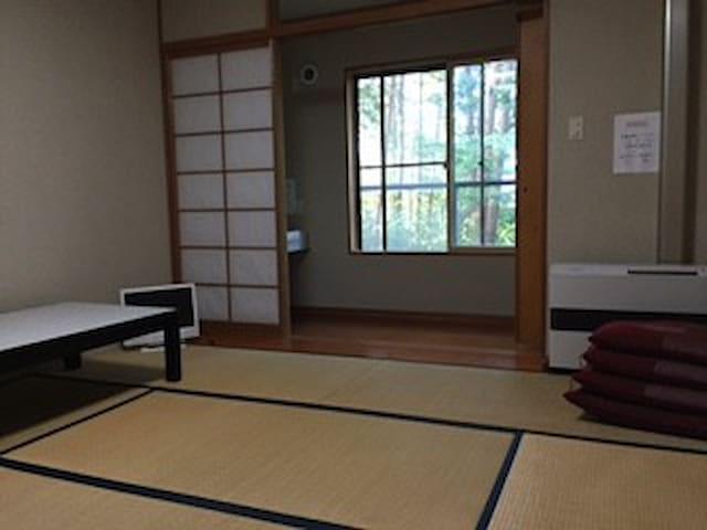 お部屋 6畳和室、洗面台と縁側つき。