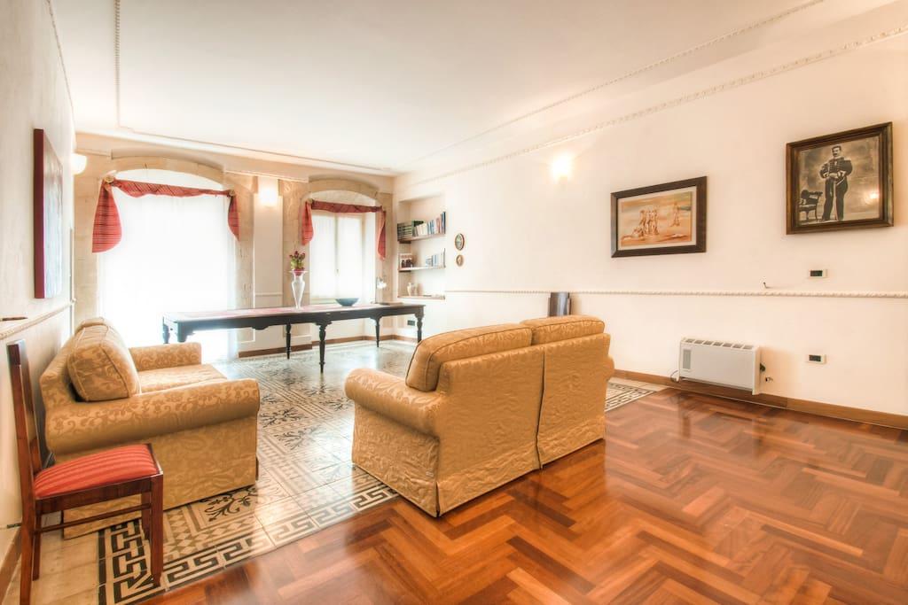 Salone con vista sul Corso - Living room
