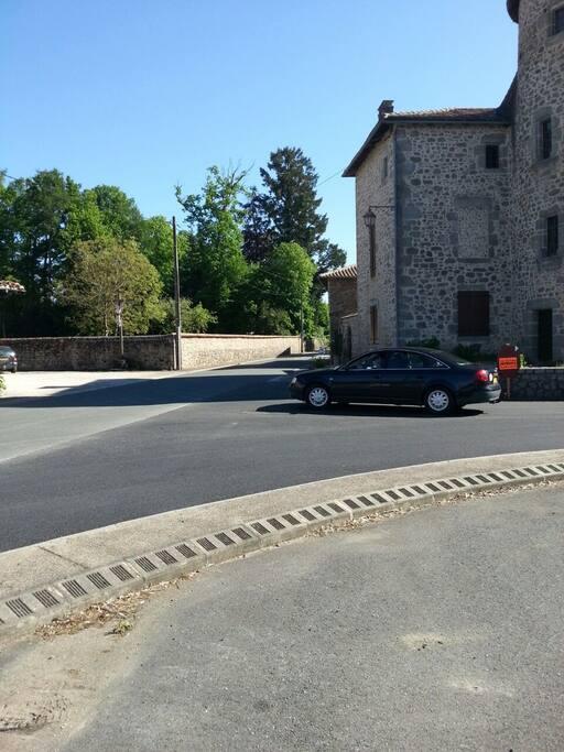 uitzicht op kasteel en pelgrims route D 675 Piegut-Pluviers