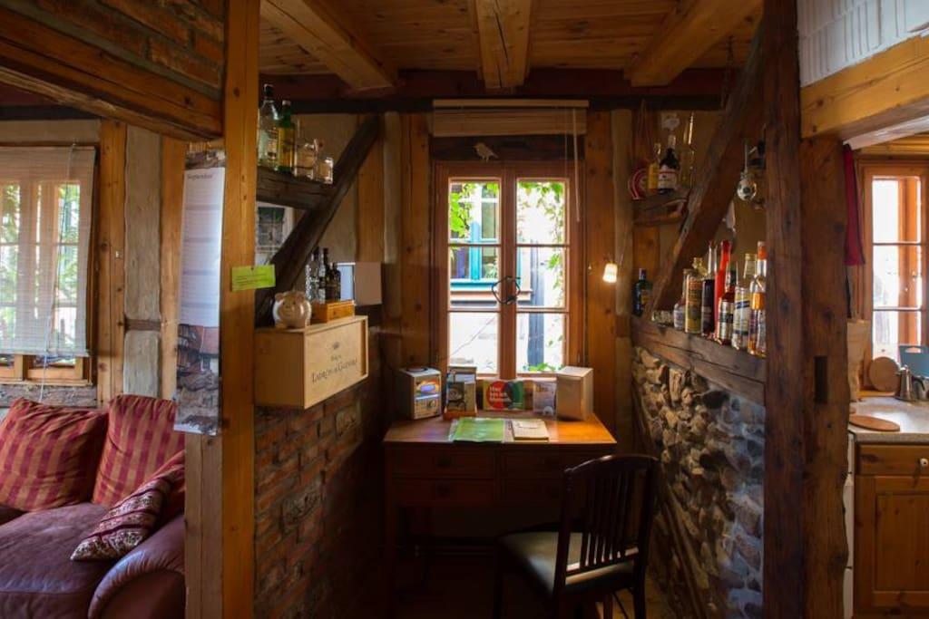 Schreibtisch zwischen Wohnzimmer und Küche im 1. OG