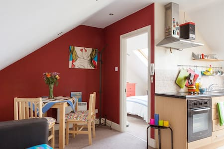 A one bedroom top floor apartment located by the canal in the trendy Rathmines area. It comfortably fits 2 people and is only a few minutes walk from George Street and St Stephen's Green.