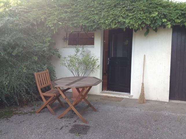 A self contained studio (20m2) - Échenevex - House