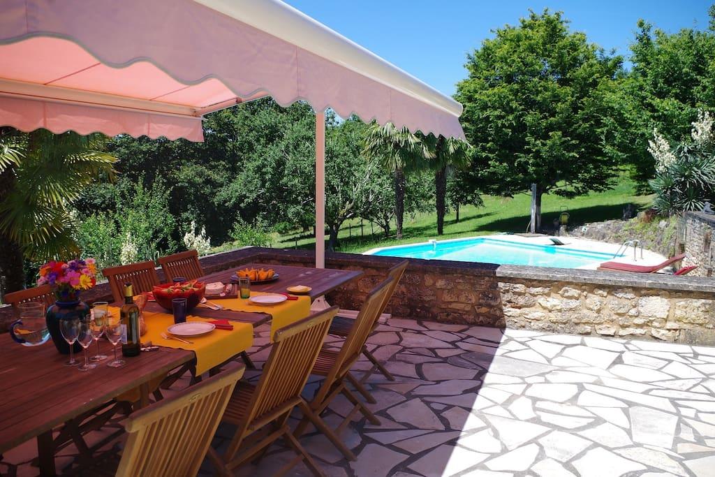 Von dieser Terrasse aus kann man die wunderschönen Sonnen-untergänge geniessen.