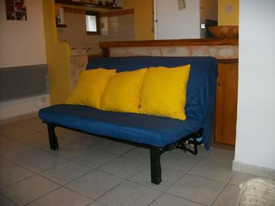 Canapé BZ confortable en 140 - Derrière se situe le coin cuisine