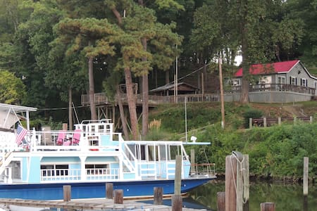 Warm, Cozy and Comfortable Houseboat Gated Marina