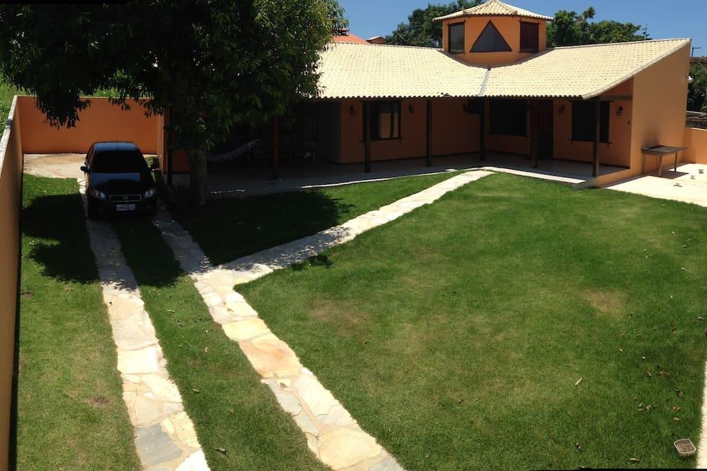 Área externa - Visão aérea da casa, demonstrando a amplitude do quintal e da posição de garagem.