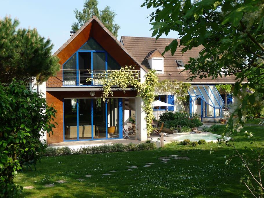 Maison au calme , dans jardin fleuri